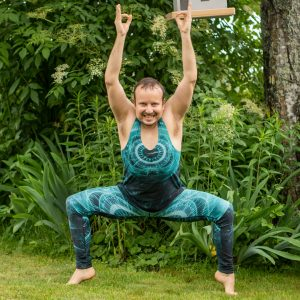 Goddess pose in June 24th 2021. Yay, I'm in here, lets do some midsommaryoga 💚