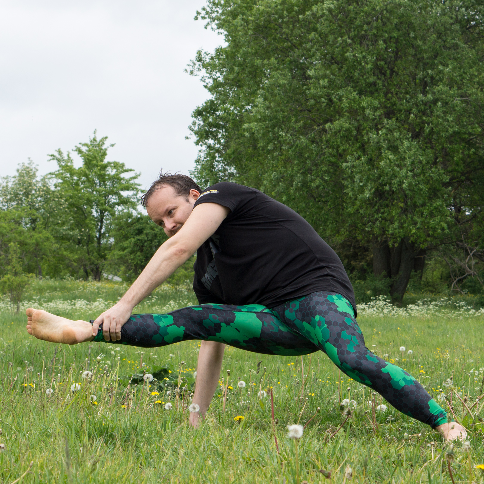 Flying warrior pose in July 20th 2017. Today is  Flyingwarriorpose or  Visvamitrasana. This is a very hard pose to me, and the most challenging issue is tightness in the hamstrings. What helpe