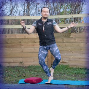 Double toe stand in November 10th 2017. I bring a  Doubletoestand. Haven't did it before, I was inspired by @aerial_delights shot for day 8 in this challenge. Any  Toe Stand is great for activ
