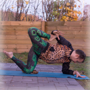Tiger pose in November 5th 2017. It's the very first time I practice the  Starfishpose variation of the tiger pose. I wasn't sure at first which joint to rotate, but realized soon that hip sho