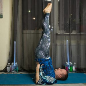 Shoulderstand in January 19th 2018.  Throatchakra is known as  Vishuddha and the color is blue. The chakra is connected with communication, and symptoms of an unbalanced chakra is that you tend to dominate conversations and talk others into things without