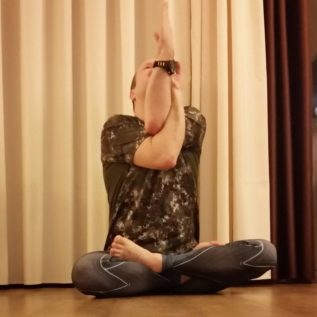 Lotus pose in February 21st 2018. I bring a  Lotuspose with  Garudasana arms, a yogi upgrade to the powersitting technique used in attachmenttherapy.