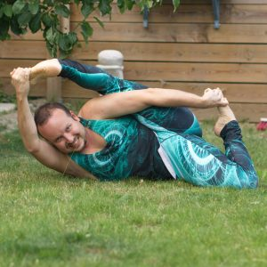 Infinity pose in June 18th 2019. The mighty Ouroboros is back! Ananthasana or Infinitypose is an intensive hamstringstretch, and I prepared with my holy trinity for hamstrings: Janu Sirsasana