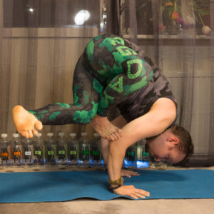 Grasshopper pose in March 4th 2018. Yay, getting a slight improvement of my  Parsva Bhuja Dandasana or  Grasshopperpose. Until now, I've not been able to extend the hanging leg at all, it was