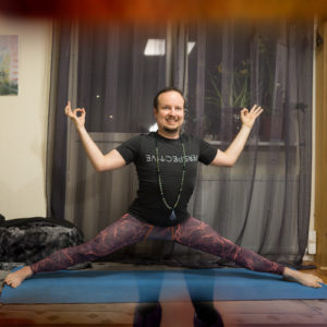 Straddle split in April 23rd 2018. I bring Straddlesplit or Samakonasana, also known as tee and mala showoff split :)