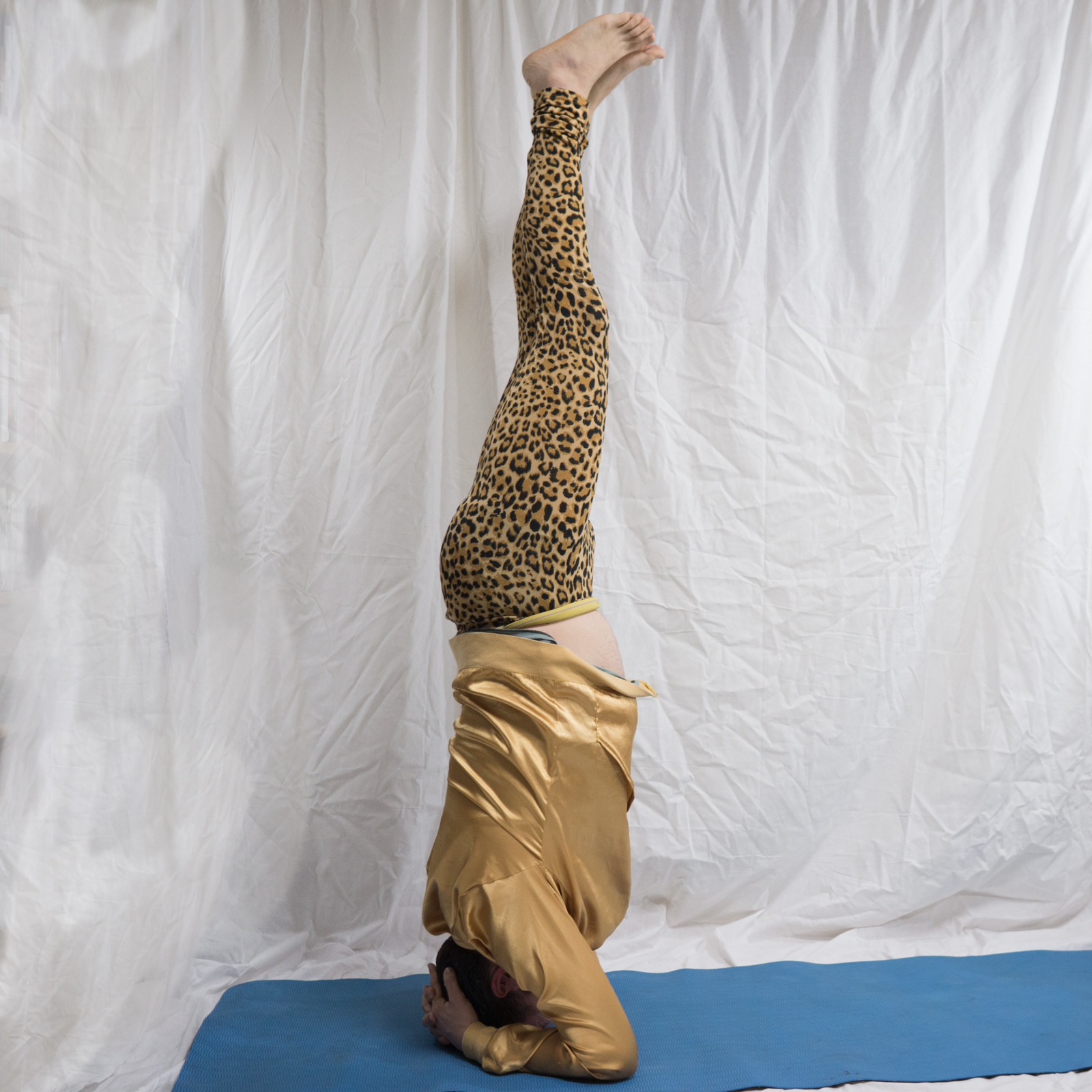 Headstand in April 25th 2018. To be honest, I had no idea about the best drishti for  Sirsasana, but the nasagrai felt very right and stable. It's gazing on the nose, same as when raising arms