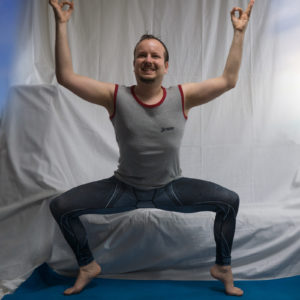 Goddess pose in April 6th 2018. The Goddess pose is probably the one and only asana I ever did twice in a yogachallenge not focused in learning or improving a single pose. It was in the The Yoga Brain challenge, when I picked it for both the emotion theme