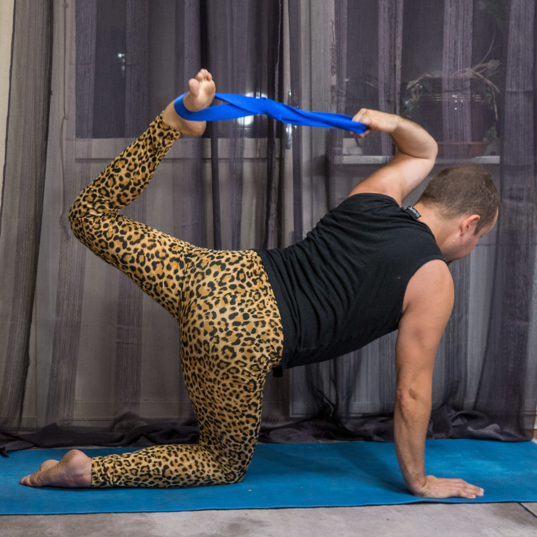 Tiger pose in July 21st 2018.  Tiger pose is so much more fun with an @infinitystrap. Earlier on, I've just practiced it with unflipped grip. I bring both sides.