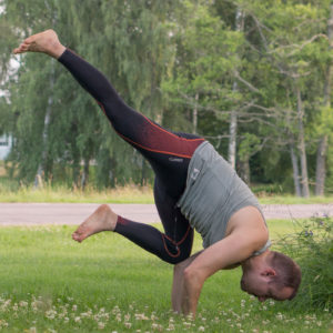 Flying crow pose in July 6th 2018. I bring a  Flyingcrowpose or  Eka Pada Bakasana. I prefer to enter it from tiptoe chair pose -> regular crow -> extend leg to flying crow. Holding time today was about 15 seconds, excluding the regular crow phase.