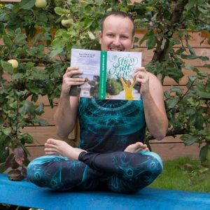 Lotus pose in August 29th 2018. No book fits better for a reading day in a yogachallenge than Ett Stressfritt Liv by the Swedish author @karinbjorkegrenjones. This book played an important rol