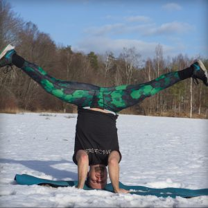 Tripod headstand in February 9th 2019. I go for a  Tripodheadstand with  Straddlesplit legs.  Headstanding in the snow :)