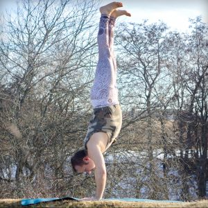 Handstand in February 12th 2019. Yay, time for some sunshineyoga. In handstandpractice, I usually warm up with chest to wall stand, which I also consider as an extension of elevated plank. The