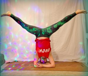 Middle splits in bound headstand