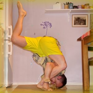Lizard pose in April 17th 2019. Time for some kitchenyoga :) I think it's the first time I practice standinglizard, and it feels a bit like threaded headstand.