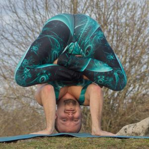 Headstand lotus in April 20th 2019. Thank you all hosts and sponsors for this challenge! I bring my current favorite headstandvariation, embryopose in tripod headstand, lowered down from aeria