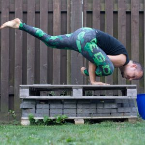 Flying lizard pose in July 22nd 2019. The lizardposevariation that slides best with me tonight is Uttana Prasithasana or Flying lizard pose. It was the first one of the Flying Asanas I've got