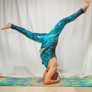 Headstand in August 28th 2019. My choice today is Salamba Sirsasana A with splits.
